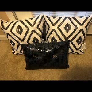 Black and white pillow set